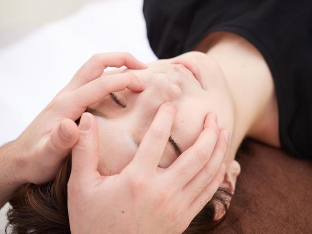 頭蓋骨や筋肉の歪みを整え血行を良くする施術です