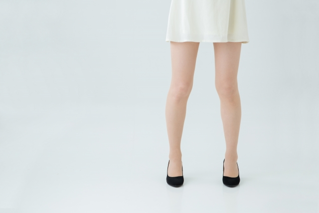 O脚からくる症状に悩む女性
