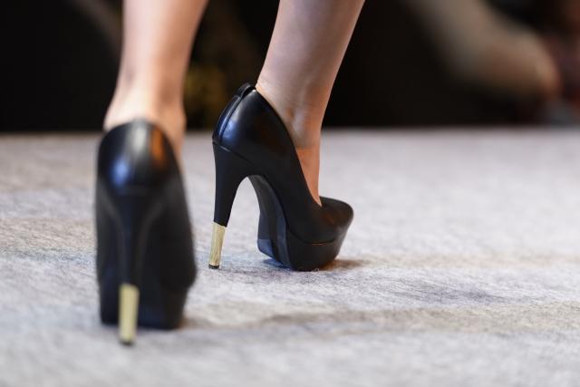 間違った歩き方も外反母趾の原因になります